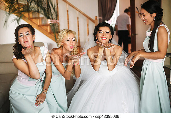 The happinest bride with bridesmaids - csp42395086