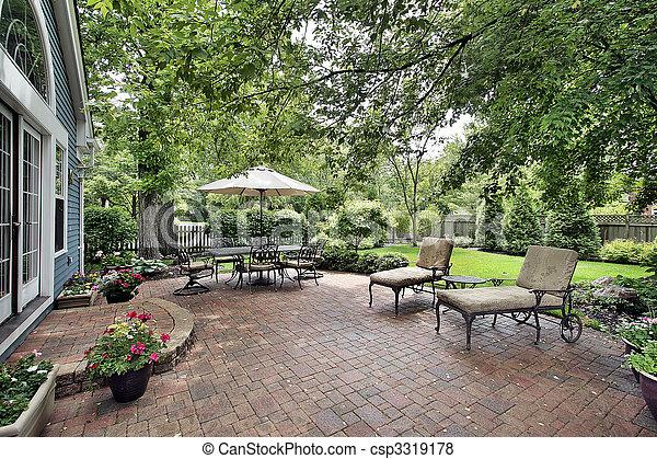 Thuis baksteen voorstedelijk terras. stoelen tafel baksteen