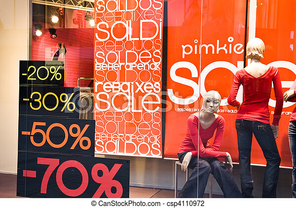 Ventana de tiendas con pancartas de venta - csp4110972