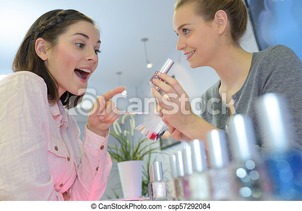 La joven elige el perfume en la tienda - csp57292084