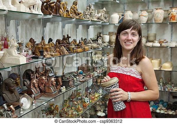 El turista elige un recuerdo en la tienda egipcia - csp9363312