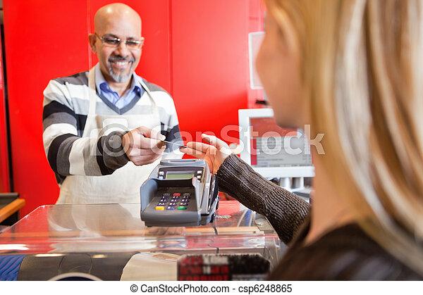 Cajero de la tienda de comestibles - csp6248865
