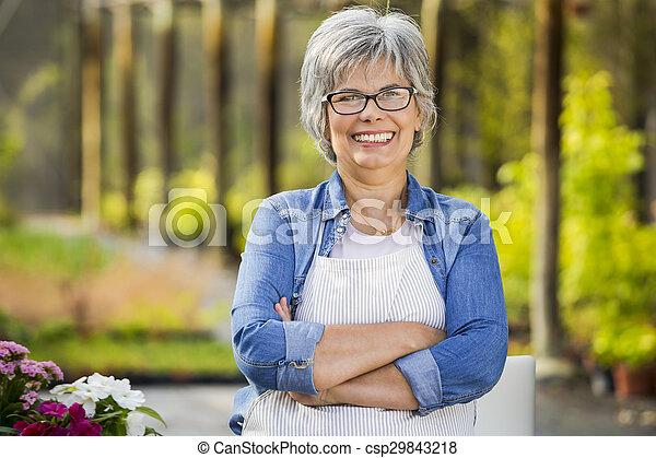 Trabajando en una florería - csp29843218