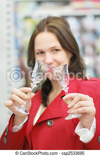 La mujer elige en la tienda - csp2533695