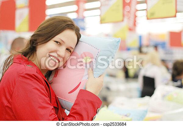La mujer elige en la tienda - csp2533684