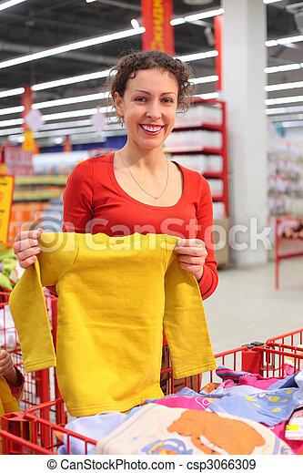 Una joven en la tienda de ropa - csp3066309