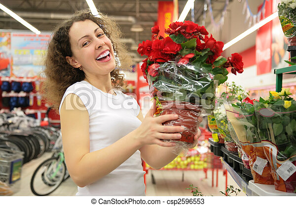 La joven tiene marihuana con rosas en la tienda - csp2596553