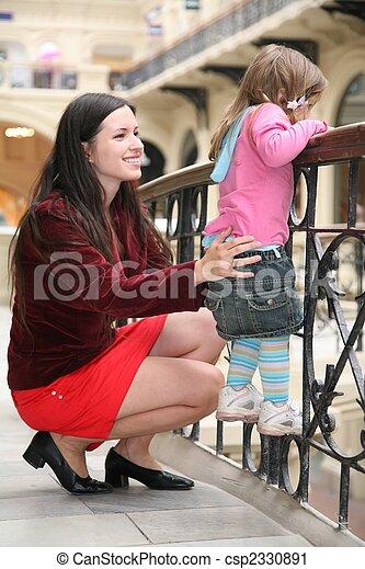 Madre y niño en el negocio - csp2330891