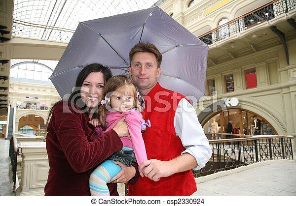 Familia en tiendas de sombrilla - csp2330924