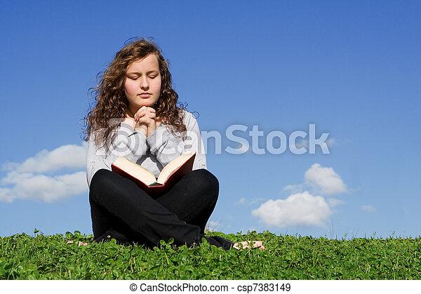 tiener, bijbel, buitenshuis, biddend, kind, lezende , of - csp7383149