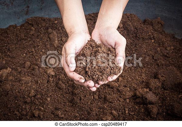 Peat moss suelo en mano mujer - csp20489417