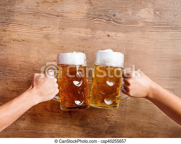 tintement, bière, hommes, deux, grandes tasses, projectile studio, unrecognizable - csp40255657