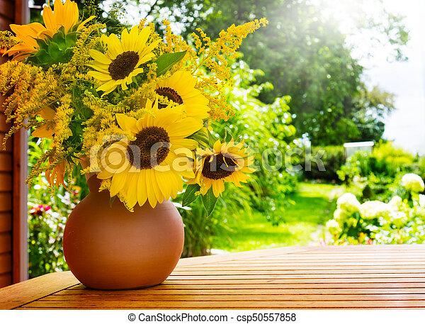 tisch, goldrute, sonnenblumen, kleingarten - csp50557858