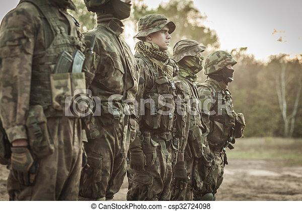 tjäna som soldat, drill - csp32724098
