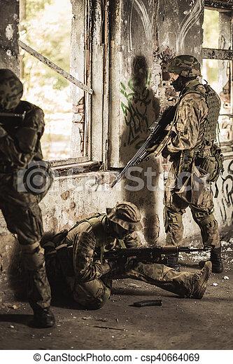 tjäna som soldat, utbildning - csp40664069