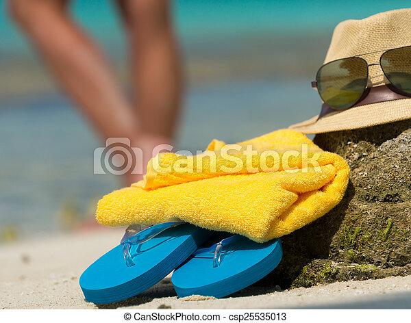 Sombrero de paja, gafas de sol de playa de toallas y caídas en un tropical - csp25535013