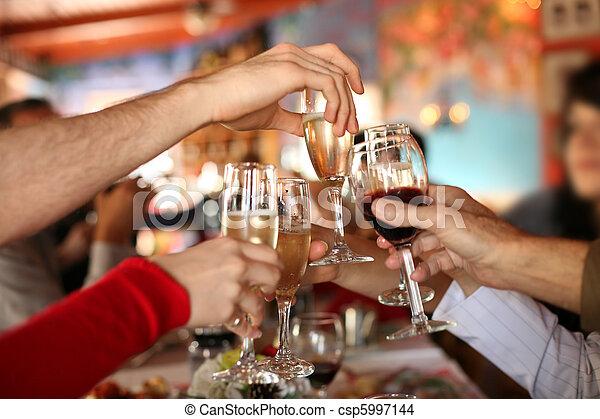Celebración. Las manos sosteniendo las copas de champán y el vino haciendo un brindis. - csp5997144