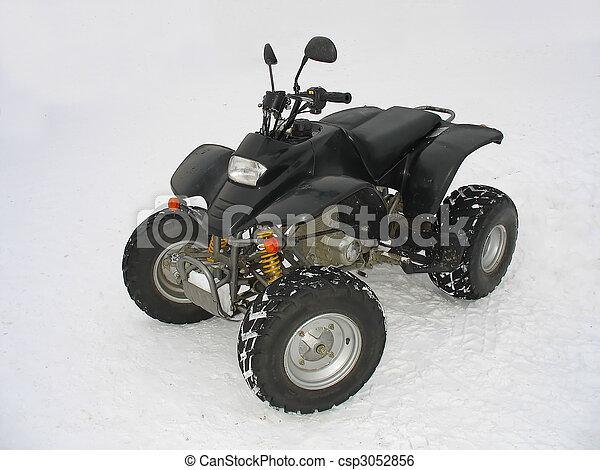 ATV negro todo terreno vehículo en nieve blanca - csp3052856