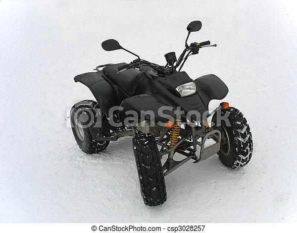 ATV negro todo terreno vehículo en nieve blanca - csp3028257