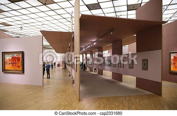 En la galería de arte 2. Todas las fotos de la pared filtraron toda esta foto - csp2331680