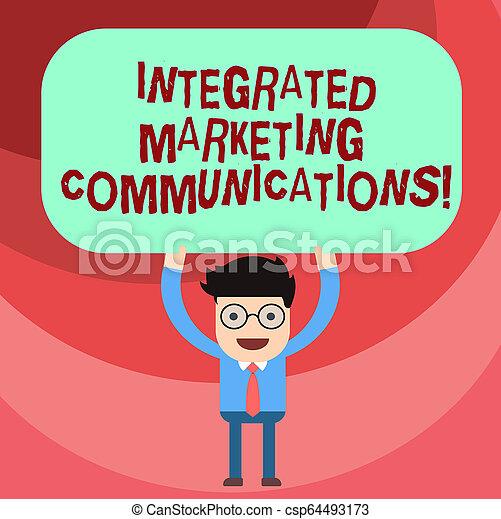Escribir textos integrados comunicaciones de marketing. El concepto de negocios para vincular todas las formas o el hombre de comunicación sosteniendo sobre su cabeza en blanco pizarra de color rectangular. - csp64493173