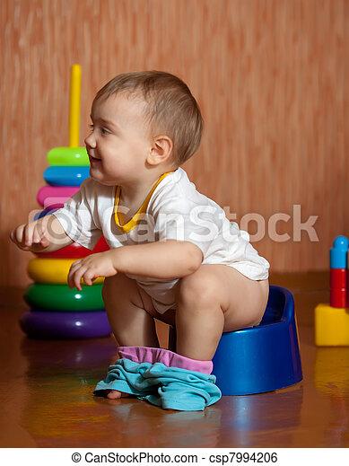 toepfchen kleinkind sitzen inneneinrichtung toepfchen stockbild suche fotos und foto. Black Bedroom Furniture Sets. Home Design Ideas