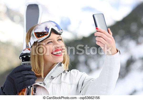 Skier tomando una selfie con un smartphone - csp53662156