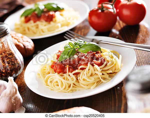 Comida italiana, espagueti con salsa de tomate - csp20520405