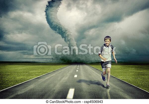 tornado, corrida menino - csp4506943