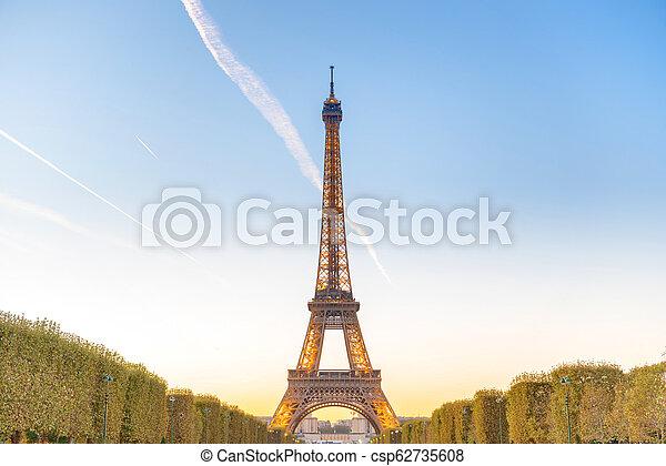 Torre Eiffel al atardecer - csp62735608