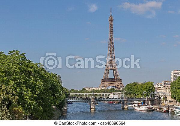 Vista en el río Seine y la torre Eiffel - csp48896564