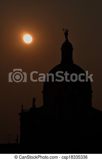 Torre de la iglesia en la noche - csp18335336