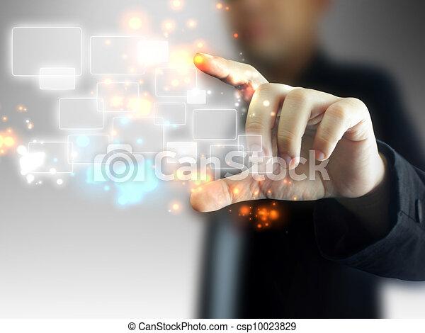 Hombre de negocios sosteniendo pantalla - csp10023829