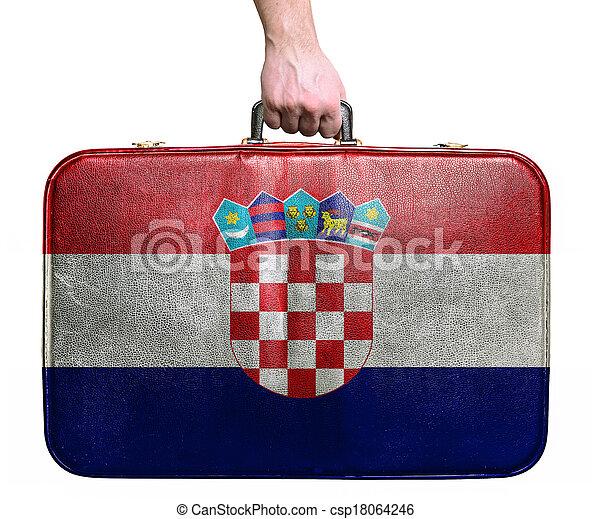 Touristische Hand mit Vintage Leder Reisetasche mit der Flagge von Kroatien - csp18064246