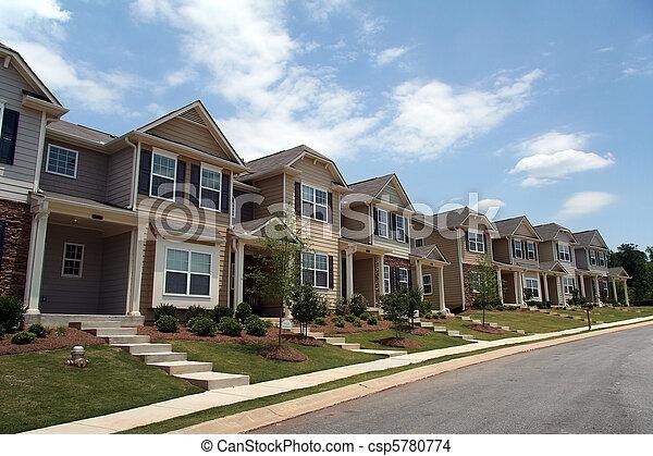 Eine Reihe neuer Stadthomen oder Eigentumswohnungen - csp5780774