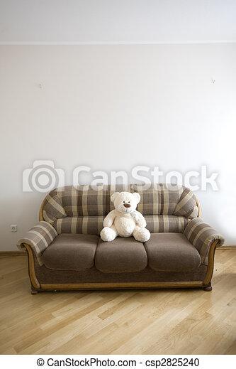 El interior de madera de lujo moderno, con el sofá y el oso de juguete - csp2825240