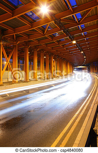 Tráfico por la noche - csp4840080