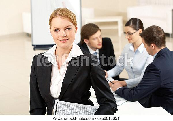 Bonita empleada de oficina - csp6018851