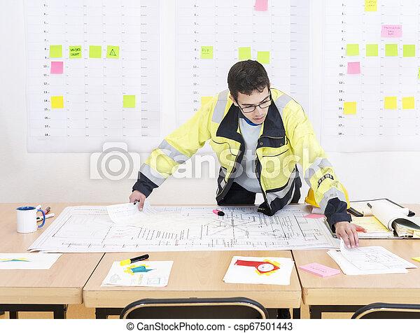 Trabajador de construcción en una oficina - csp67501443