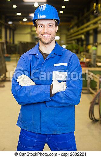 Trabajador de construcción en el salón de reuniones - csp12802221