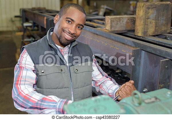Trabajador industrial posando - csp43380227