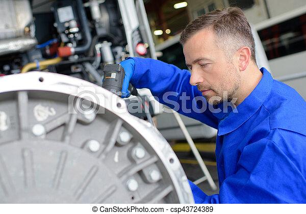 Trabajador industrial en el lugar - csp43724389
