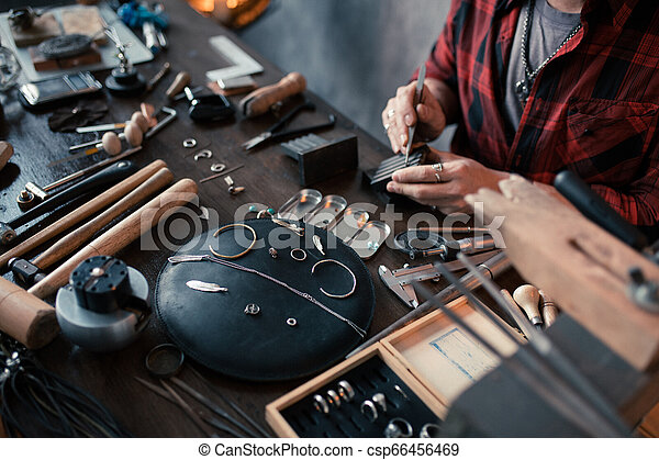 Un joven trabajador que prepara el artículo a la venta - csp66456469