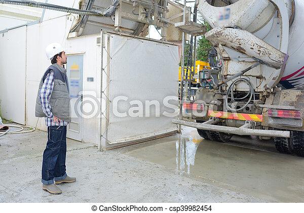 Trabajador observando una mezcladora - csp39982454