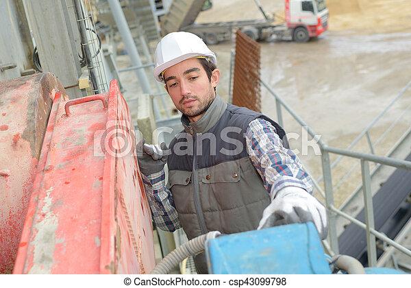 Trabajador de cemento en el lugar - csp43099798