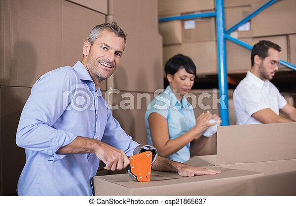 Los trabajadores del almacén se preparan - csp21865637