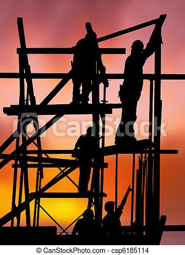 Trabajadores de construcción contra el colorido atardecer - csp6185114