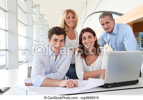 Trabajadores en una reunión de negocios - csp9949010