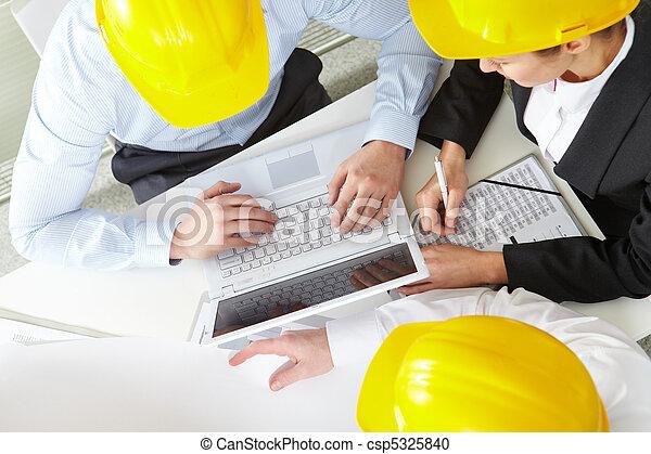 Ingenieros de trabajo - csp5325840
