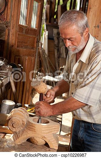 Carpenter en el trabajo - csp10226987